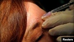 Howard Sobel, dokter bedah kulit di Rumah Sakit Lenox Hill di New York, memperlihatkan cara menggunakan botox atau obat anti-keriput lainnya kepada seorang pasien di kantornya di New York, 22 Maret 2013.