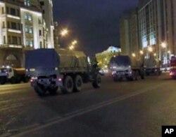 大选投票后,莫斯科市中心国家杜马前大街上只有军车在行驶