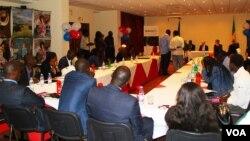 Des journalistes assistent à une conférence de presse lors du lancement de la fréquence FM 102 de la VOA Afrique à Dakar, Sénégal, mardi 3 mars 2015.
