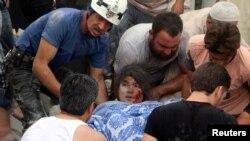 Hələbdə hücumdan sonra yaralanan qıza yardım edilir