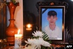 Ảnh thờ nạn nhân Nguyễn Đình Lượng, 20 tuổi, một trong số 39 người thiệt mạng ở Anh