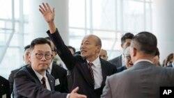 台湾高雄市长韩国瑜2019年3月22日在香港对媒体挥手致意。