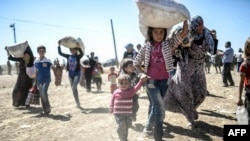 IS Attacks Send Tens of Thousands Syrian Kurds Fleeing Into Turkey