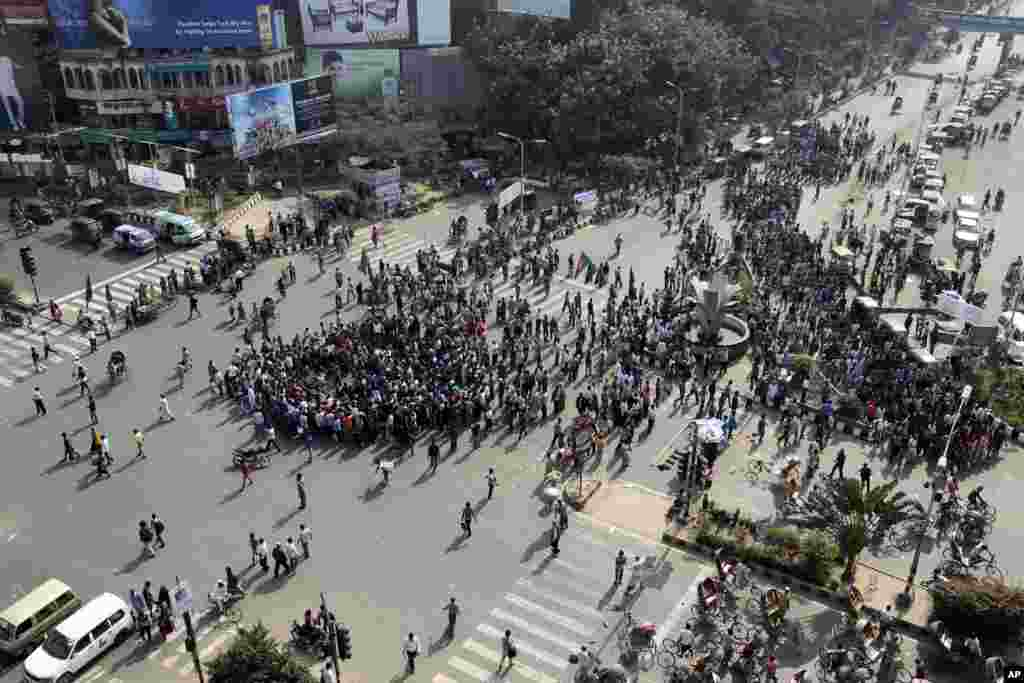 Protesters demand immediate execution of Islamist opposition leader Abdul Quader Mollah in Dhaka, Dec. 11, 2013.