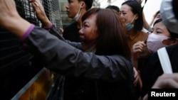 """參加香港反送中運動的救生員冼嘉豪被判""""暴動罪""""入獄4年。他的家屬在押送警車外哭著與他告別。(2020年5月15日)"""