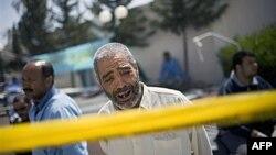 Một người đàn ông than khóc bên ngoài bệnh viện Hikma ở Misrata, ngày 27/4/2011. Công tác bốc dỡ vật phẩm cứu trợ nhân đạo đã bắt đầu ngay sau khi chiếc tàu cập vào Misrata ngày hôm nay