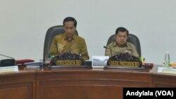 Presiden Joko Widodo dan Wakil Presiden Jusuf Kalla memimpin rapat terbatas di Kantor Presiden Jakarta. (Foto: Biro Pers Kepresidenan)