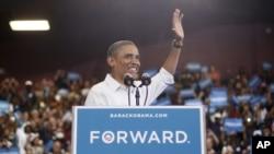 Presiden Obama berbicara di hadapan serikat buruh otomotif di kota Toledo, negara bagian Ohio, Senin (3/9).