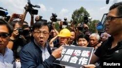 香港立法會議員何君堯在與反送中抗議者進行辯論。(2019年8月12日)