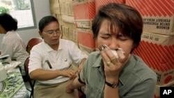 Seorang pekerja seks komersial (PSK) menjalani tes HIV di Jakarta (foto: ilustrasi).