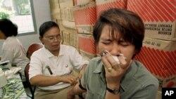 Seorang pekerja seks sedang diambil darah untuk tes HIV di Yayasan Karya Bhakti, Jakarta, 3 Desember 1997. (Foto: Dok/AP Photo)
