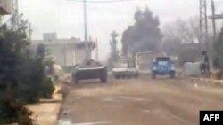 Xe của quân đội Syria trong thành phố Homs. Chính phủ Syria bênh vực việc trấn áp người biểu tình đòi dân chủ với lý lẽ rằng họ chiến đấu với các phần tử khủng bố vũ trang