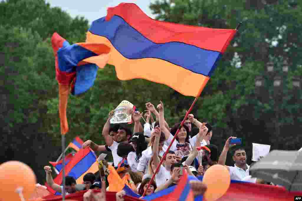 خوشحالی طرفداران نیکول پاشینیان رهبر اپوریسیون ارمنستان در میدان جمهوری ایروان. پاشینیان امروز به عنوان نخست وزیر جدید ارمنستان انتخاب شد.