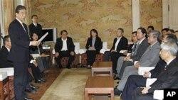 5일 국회에서 후쿠시마 원전 상황을 보고하는 기요시 쿠로카와 사고 조사위원회장 (왼쪽).