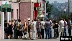 Жители Донецка стоят в очереди в отделение Сбербанка. Украина (архивное фото)