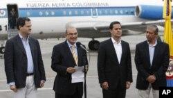 Pemimpin tim perdamaian Kolombia, Humberto de la Calle (dua dari kiri), memberikan keterangan pers sebelum berangkat ke Havana untuk dialog damai dengan Pasukan Bersenjata Revolusi Kolombia (FARC) di bandara militer di Bogota (18/11).