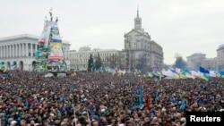 Pemrotes pro integrasi Eropa berkumpul dan mengadakan rally di Lapangan Kemerdekaan di Kiev, Minggu 15 Desember 2013.