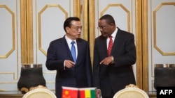 Prime Minister of the People's Republic of China Li Keqiang (L) and Ethiopia Prime Minister Hailemariam Desalegn attend a treaty signing ceremony at the Presidential Palace in Addis Ababa, May 4, 2014.(File Photo)