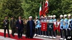 Presiden Turki Abdullah Gul (tengah kiri) dan Presiden Hassan Rouhani menginspeksi pasukan kehormatan militer di Istana Cankaya, Ankara, Turki, Senin (9/6). Presiden Rouhani berada di Turki dalam kunjungan kenegaraan selama dua hari di negara itu.