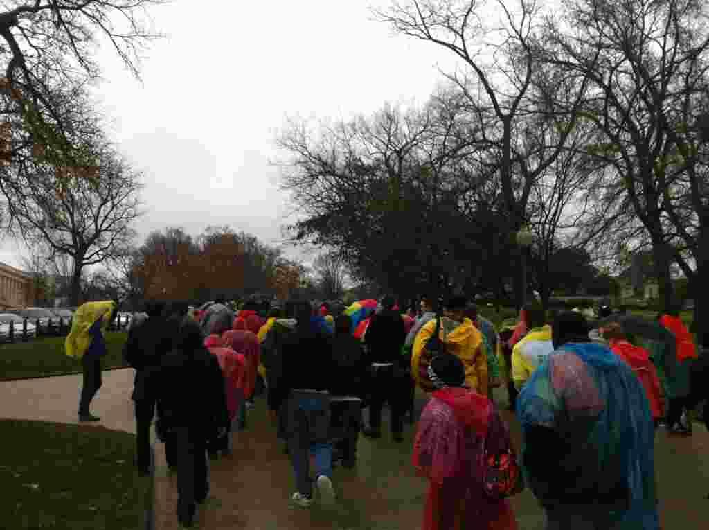 """A pesar de la lluvia, los indignados dieron inició a la protesta """"Devuelvan el Capitolio"""" que durarán toda la semana."""