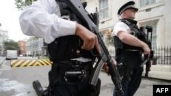 Polícia armada, Downing Street, Londres (Foto: AFP)