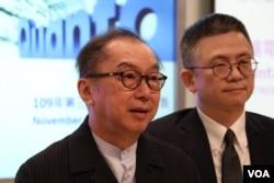 台湾广达电脑董事长林百里(左)出席2020年11月13日举办的2020年第三季财务营运报告记者会。(美国之音李玟仪摄)
