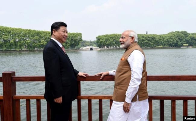 2018年4月28日,中國國家主席習近平和印度總理納倫德拉·莫迪在中國武漢沿東湖漫步時交談(印度新聞局通過路透社發布的照片)。