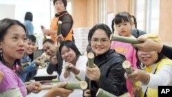 한국의 담양 전통문화를 체험하고있는 외국인 노동자들