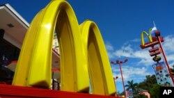 McDonald, perusahaan restoran waralaba asal Amerika yang cukup sukses di Indonesia.