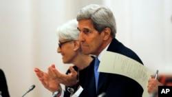 Menteri Luar Negeri AS John Kerry dan Wakil Menlu untuk urusan politik Wendy Sherman dalam pertemuan dengan para menlu dan perwakilan dari Jerman, Perancis, Inggris, Rusia dan Uni Eropa mengenai program nuklir di Iran, di Wina, Austria (10/7). (Carlos Barria/Pool via AP)