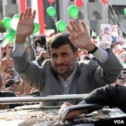 Warga Libanon mengelu-elukan kedatangan Presiden Iran Mahmud Ahmadinejad di Beirut hari ini.
