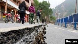 四川地震災區馬路受到嚴重毀壞。