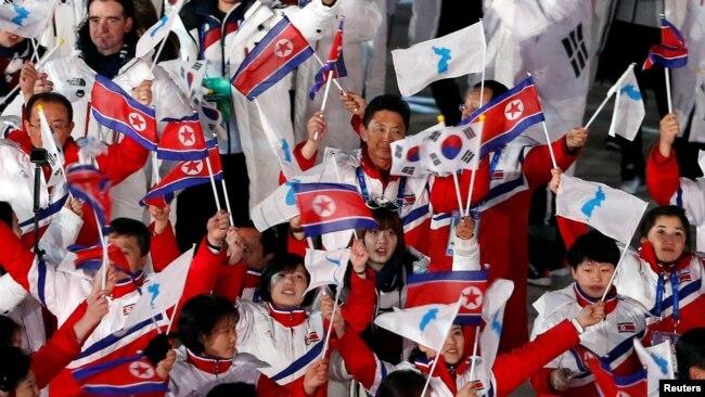 Các vận động viên Bắc Hàn và Hàn Quốc cùng diễu hành tại lễ bế mạc Thế vận hội mùa đông ở Hàn Quốc.