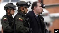 """Policías colombianos escoltan al supuesto traficante Walid """"El Turco"""" Makled, que Venezuela alega estaba relacionado con el exmagistrado Eladio Aponte.(AP Photo/Fernando Vergara)"""