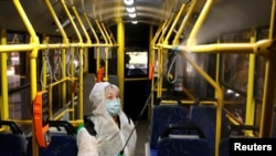 На фото: Дезінфекція тролейбусу у Києві