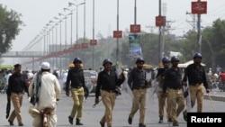 Polisi Pakistan mengamankan demonstrasi yang dipimpin pemimpin oposisi Pakistan, Imran Khan, Jumat (15/8).