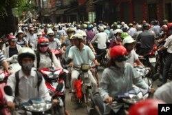 Xe cộ di chuyển trên đường phố Hà Nội trong giờ cao điểm.