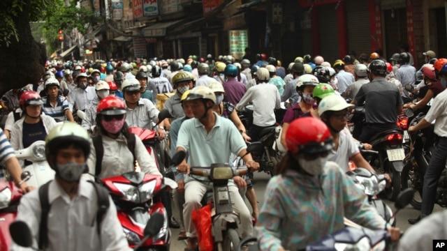 Xe cộ lưu thông trong giờ cao điểm trên đường phố Hà Nội.
