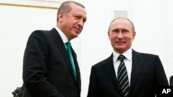 ولادیمیر پوتین، رئیس جمهوری روسیه (راست) در کنار رجب طیب اردوغان -۲۳ سپتامبر ۲۰۱۵