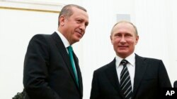 Russian President Vladimir Putin shakes hands with Turkey's President Recep Tayyip Erdogan (l) at the Kremlin, Sept. 23, 2015.