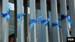 香港特首辦公室大閘掛滿象徵新聞自由的藍絲帶 (美國之音湯惠芸)