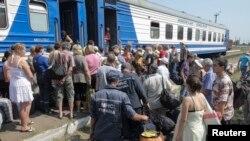 2014年8月12日卢甘斯克地区难民等待登上列车