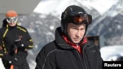 """Tổng thống Nga Vladimir Putin đi thăm trurng tâm thi đấu trượt tuyết đường dài và hai môn phối hợp """"Laura"""" ở khu nghỉ mát Krasnaya Polyana gần Sochi, ngày 3/1/ 2014."""
