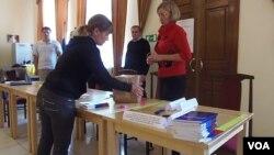 工作人员在包装选票 (美国之音白桦)