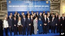 意外长(中)和其他代表5月5号商讨如何支持利比亚反对派武装,会后合影
