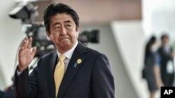 នៅក្នុងរូបភាពកាលពីថ្ងៃទី៤ ខែកញ្ញា ឆ្នាំ២០១៦នេះ លោក Shinzo Abe អញ្ជើញទៅដល់មជ្ឈមណ្ឌលតាំងពិព័រណ៍ Hangzhou ដើម្បីចូលរួមកិច្ចប្រជុំ G-20 ក្នុងក្រុង Hangzhou ប្រទេសចិន។