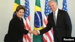 La presidenta brasileña Dilma Rousseff estrecha la mano con el vicepresidente estadounidense Joe Biden.