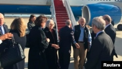 Алан Гросс с супругой Джюди (третий и четвертая справа) прибыли на самолете американского правительства на авиабазу Эндрюс в штате Мэриленд (под Вашингтоном). 17 декабря 2014 г.