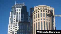 Foto de dos de los principales rascacielos del distrito financiero de Boston. A la izquierda el edificio One Lincoln Street, sede del State Street Corp., uno de cuyos ex ejecutivos se salvó de prisión al cooperar con las autoridades en la investigación de un fraude bancario internacional.