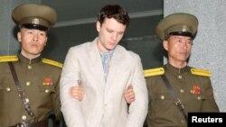 Mahasiswa AS, Otto Frederick Warmbier, saat masih ditahan pihak berwajib di Korea Utara (foto: dok).
